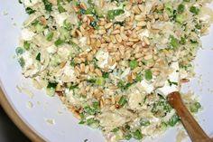 Blomkålsris med grønne bønner, agurk, feta, basilikum, lime og pinjekerner
