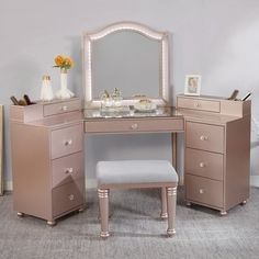 Bedroom Vanity Set, Gold Bedroom, Bedroom Makeup Vanity, Bedroom Vanities, Closet Vanity, Room Ideas Bedroom, Bedroom Decor, Bedroom Inspo, Bedroom Furniture
