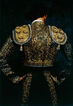 "(5) ""don't like bullfighting, but I do love suits of light.."" Las trajes de luces son ejemplos de la belleza del deporte."