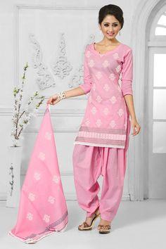 Coton Rose Patiala Salwar Suit avec du coton Dupatta  Prix: -49,43 € Coton Rose , semi costume stictch de Patiala . Cou chérie , longueur genou dessus , manches pleine kameez . Rose salwar coton patiala . Dupatta de coton rose . Il est parfait pour vêtements de sport , vêtements de fête , l'usure du parti et de l'usure de mariage .  http://www.andaazfashion.fr/pink-cotton-patiala-salwar-suit-with-cotton-dupatta-dmv13552.html