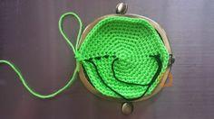 Gratis haakpatroon portemonneetje Nodig :beugeltje (in mijn geval +/- 8 cm breed : bij toer 11 lees hoe je het patroon kan aanpassen voor een beugel met andere afmeting). In mijn shop kan je de beugels kopen : klik hier.haaknaald 3mmschaarkatoennaald die met het katoen door de gaatjes van je beugel kan toer 1 : 6 v in magische cirkel In dit patroon haak je door, dus je sluit de cirkel niet met een halve vaste.