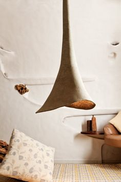 Lamp en stoel van papier-maché Roomed | roomed.nl