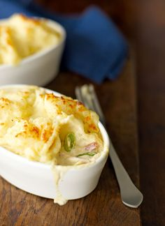Easy chicken and leek pot pies. This pie recipe uses ready-roasted chicken and ready-made mashed potato for a super-quick pie ready in 15 minutes. Tart Recipes, Cooking Recipes, Chicken And Leek Pie, Quick Chicken Recipes, Roasted Chicken Breast, Seasonal Food, C'est Bon, Yummy Food, Favorite Recipes
