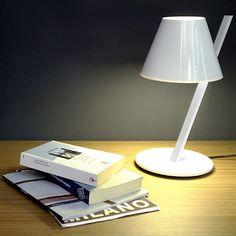 Artemide La Petite lampada da tavolo con lampadina a led nei colori bianco lucido, nero lucido, bianco con diffusore rosso. Novità 2015!