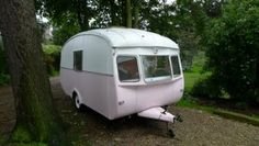 How about plopping a vintage trailer in your garden? I can just see it in an English cottage garden, filled with roses and other frilly flowers! Vintage Campers Trailers, Retro Campers, Cool Campers, Camper Trailers, Happy Campers, Vintage Caravans, Little Trailer, Little Campers, Pink Trailer