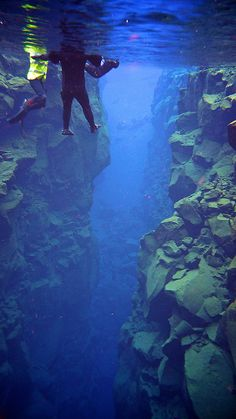 La grieta de Silfra en Islandia, es el único lugar en donde la división de las placas tectónicas de Eurasia y América es visible por encima de la superficie de los océanos. La grieta se encuentra dentro del Parque Nacional Thingvellir