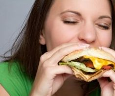 6 things you may not know about mental health - Did you know that eating fast food may make you more likely to develop depression? Or that stress could be genetic? These mental health findings may surprise you. Eating Fast, Binge Eating, Reduce Weight, How To Lose Weight Fast, Weight Gain, Foods For Migraines, Healthy Foods To Eat, Healthy Recipes, Healthy Lunches