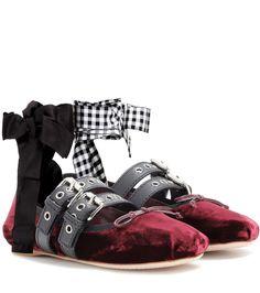 Miu Miu - Ballerinas aus Samt - Die Ballerinas aus bordeauxrotem Samt des italienischen Labels Miu Miu werden von karierten und schwarzen Fesselbändern, Lederriemchen sowie einer leicht gerafften Zehenkappe akzentuiert, die einen modernen Ballett-Look kreieren. Ein unkonventionelles Schuh-Design, das zu Denim genauso funktioniert wie zum femininen Kleid. seen @ www.mytheresa.com