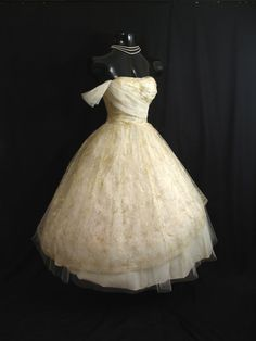 Vintage Strapless Ivory Gold Tulle Embroidered Lace *a princess dress* Vintage Outfits, Vintage 1950s Dresses, Retro Dress, Vintage Fashion, Vintage Hats, 1950s Fashion, Vintage Clothing, Gold Tulle, Gold Lace