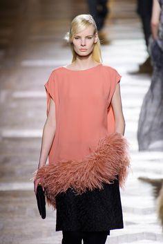 Trendy jesień-zima 2013: STRUSIE PIÓRA - Dries Van Noten, fot. Imaxtree Peplum, Feather, Van, Women, Fashion, Moda, Quill, Fashion Styles, Feathers