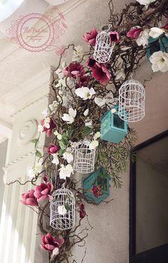 витрина украшение цветами кафе интерьер кемерово www. Spring Window Display, Store Window Displays, Deco Floral, Floral Design, Cage Deco, Vibeke Design, Deco Nature, Store Design, Paper Flowers