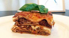 Her er opskriften på en hjemmelavet lasagne fuld af velsmag. Den er bl.a. med rødvin og friske krydderurter, hvilken giver en dejlig smagsdybde.