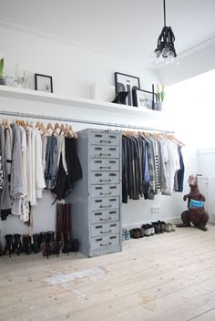 Walk In Closet Ideas - Seeking some fresh ideas to renovate your closet? Visit our gallery of leading high-end walk in closet style ideas and also photos. Interior Design Blogs, Interior Ideas, Home Design, Modern Interior, Interior Decorating, Decorating Ideas, Closet Bedroom, Home Bedroom, Bedroom Storage
