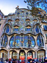 Casa Batlo is gebouwd tussen 1904 en 1906. Je ziet hier duidelijk de Jugendstil in terug door de vele rondingen en de a-symetrische bouw.