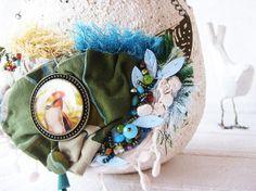 collana realizzata a mano in tessuti misti, resina colata a mano, ricami in perle e decori in ottone, toni azzurro, verde, turchese,avorio, giallo. Wild art. 120 Per la nuova collezione di gioiell…