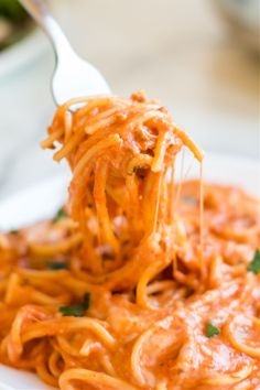 This Creamy Crockpot Spaghetti will simmer away for hours, giving all the flavors time to blend into one complete, delicious, meal. Crockpot Spaghetti Recipe, Spaghetti Recipes, Pasta Recipes, Crock Pot Spaghetti, Pasta Meals, Pasta Dishes, Drink Recipes, Fun Easy Recipes, Best Dinner Recipes