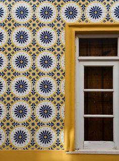 Color palette for guest bath. Tiled House - Alentejo, Portugal A traditional tiled Portuguese house Geometric Patterns, Tile Patterns, Textures Patterns, Geometric Tiles, Yellow Tile, Blue Tiles, Tile Art, Mosaic Tiles, Portuguese Tiles