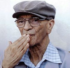 Chico Xavier - medium Brasileiro - espirita praticante nasceu e viveu no Brasil