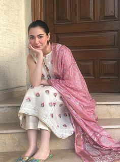 The white kurta and the pink the dupatta go so well Pakistani Fashion Casual, Pakistani Dresses Casual, Indian Fashion Dresses, Pakistani Dress Design, Beautiful Pakistani Dresses, Pakistani Bridal, Asian Fashion, Beautiful Dresses, Designer Party Wear Dresses