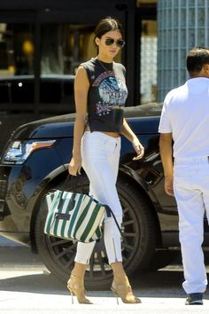 Kendall Jenner & Justin Bieber Work Out Together on Mother's Day!: Photo Kendall Jenner struts her stuff back to her car after getting in a workout on Mother's Day (May in Woodland Hills, Calif. Estilo Jenner, Estilo Kardashian, Kardashian Style, Kendall Jenner Style, Kendall Jenner Jeans, Kylie Jenner, Look Fashion, Trendy Fashion, Fashion Outfits