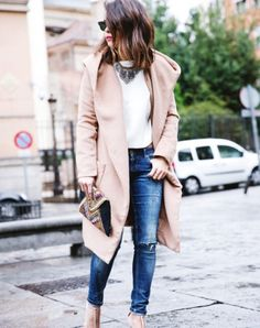 Rock a camel coat with blue ripped skinny jeans to assemble a stylish and modern-looking laid-back outfit. Kick up the appeal of your outfit by slipping into a pair of white leather pumps. Looks Style, Looks Cool, Fall Winter Outfits, Autumn Winter Fashion, Casual Winter, Street Style Chic, Mantel Beige, Look 2015, Look Blazer