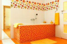70er Jahre Bad mit orangenen Fliesen