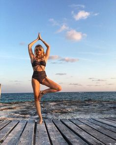 A luz do por do sol de Cancun dispensa. Girl Beach Pictures, Beach Photos, Cool Photos, Picture Outfits, Picture Poses, Lightroom, Photo Vintage, Photographs Of People, Summer Photography