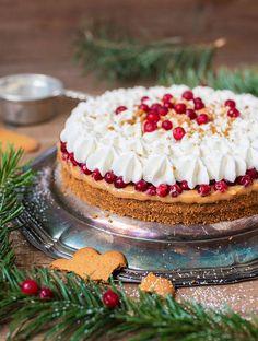 Aloita kermavaahdon pursottaminen kakun keskeltä. Etene ripein ja varmoin ottein kohti reunoja.