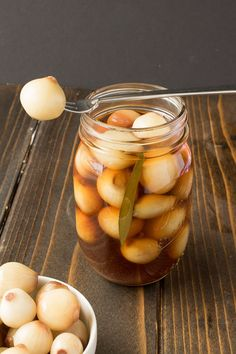 English pickled onions - Pearl onions are pickled in malt vinegar, sugar and spices for a tasty British snack Easy Dill Pickle Recipe, Pickle Onions Recipe, Pickles Recipe, Homemade Pickles, Pickled Peaches, Pickled Eggs, Onion Recipes, Irish Recipes, Home Canning