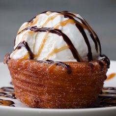 Churro Ice Cream Bowls I need these! If you know me at all you know this combines 2 of my favorite treats, Churros and Ice Cream! Just Desserts, Delicious Desserts, Yummy Food, Ice Cream Desserts, Delicious Chocolate, Ice Cream Recipes, Churro Ice Cream Bowl, Churro Bowls, Churro Donuts
