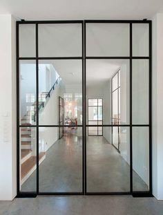 Puertas de cristal y hierro con estilo industrial, perfectas para ampliar el espacio, separar ambientes, o, mi opción favorita, para el baño.