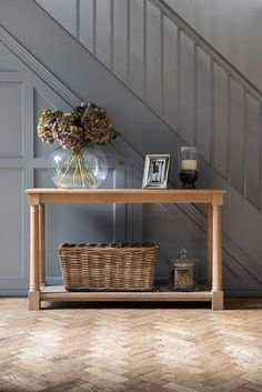 37 Inspiring Entryway Console Tables Ideas - All About Decoration Entrance Hall Tables, Hallway Ideas Entrance Narrow, Country Hallway, Entrance Ideas, Entryway Ideas, Hall Table Decor, Hallway Tables, Entryway Console Table, Console Tables