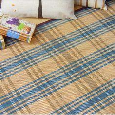 Alfombra de bambú con hilo trenzado en color natural y azul
