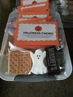 Halloween treats for the kids! These cute Halloween S'mores would be great gifts for neighbors