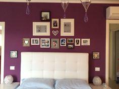 Parete della camera da letto nuova!!! Viola e tante cornici!!!!!