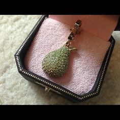 JUICY COUTURE CHARM PAVE PEAR BRAND NEW  IN THE BOX IS....   JUICY COUTURE CHARM   SUPER RARE AND HARD TO FIND!!!!   COLOR- GREEN CRYSTALS WITH WHITE CRYSTALS   THIS IS CALLED PAVE PEAR   THE CHARM IS GOLD PLATED   New never used ! Perfect condition.   100% AUTHENTIC JUICY COUTURE Juicy Couture Jewelry