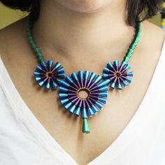 Linda como un pavo real. Inspirado en los tonos brillantes de plumas de pavo real y su belleza mágica.  Un único collar de bolas de papel que amorosamente handcrafted del papel del arte. El patrón del collar se compone de granos de papel de brillantes tonos de azul, violeta y verde, con un matiz de cobre. El collar tiene un gancho de plata oxidada naturalmente para el cierre.  MEDIDAS del collar es de 2 3/4 pulgadas (7 cm) ancho en el centro. El collar mide 16 pulgadas (51 centímetros) de…