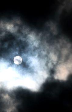 Pilvisellä taivaalla kurkistaa kuu luonto, taivas, kuu, pilvet, nature, moon