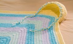 Hooded baby Blanket - Worsted Weight (4) [ Free Crochet Pattern ]