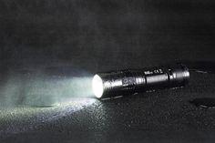 R40 fra Nitecore er en genial pakkeløsning med en kraftig LED lommelykt med ladestasjon. Perfekt til montering i kjøretøy, men også på kontoret! High Beam, Beams, Light Bulb, Usb, Lights, Light Globes, Lighting, Rope Lighting, Candles
