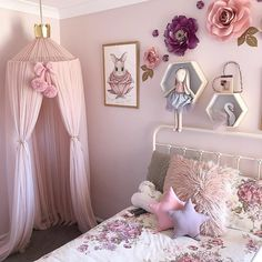Get inspired to create a trendy bedroom for little girls with these decorations and furnishings. Check more at circu.net #decoracionniñascuartos