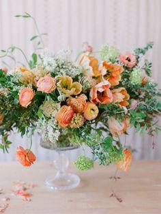 """J'adore les renoncules et l'effet """"sauvage"""" de ce bouquet. Je ne veux pas de bouquet """"étudié"""" et propre, il faut que des tiges dépassent, qu'on sente la vie à travers le bouquet."""