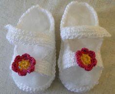 Zapatitos en forma de sandalia para bebé realizados a ganchillo