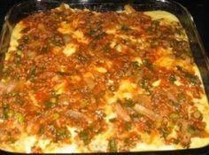 Receita de Lasanha de jiló - 15 Unidade(s) Jilós, 01 Xícara(s) Trigo, 01 Xícara(s) óleo, A gosto Sal, A gosto Pimenta, 02 Unidade(s) Cebolas, 08 Folha(s) Manjeiricão, 01 Unidade(s) Molho salsaretti basilico, 200 Grama(s) Queijo mussarela em fatias, 150 Grama(s) Queijo mussarela ralado, 250 Grama(s) Presunto ralado, 02 Dente(s) Alho, 02 Colher(es) de sopa Azeite de oliva