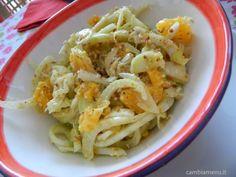 Tagliare arance e finocchi come nella foto. Mettere nel mixer il succo di un'arancia spremuta, un po' d'olio, di sale e di pepe, una manciata di nocciole e una di mandorle. Far emulsionare e condire l'insalata.