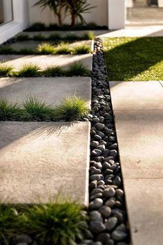 gartendesign ideen A flagstone and gravel walkway may be the right way to go when designing your yard, garden or patio, perhaps with a soothing fountain or a firepit too. Gravel Walkway, Garden Pavers, Outdoor Pavers, Flagstone Walkway, Backyard Walkway, Front Walkway, Garden Path, Modern Landscaping, Front Yard Landscaping