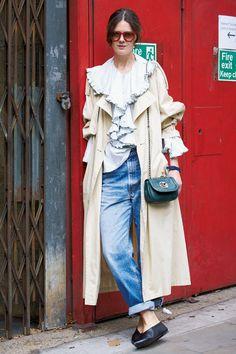 トレンチとラッフルを効果的にレイヤード。|世界のおしゃれスナップ|Fashion|madameFIGARO.jp(フィガロジャポン)