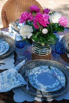 Beautiful table setting.  Blue dishes have a rim of green around the edge.  Like very much!