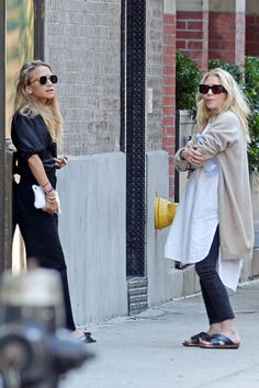 Mary-Kate and Ashley Olsen Take a Smoke Break