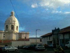 """Campo de Santa Clara / """"Suurin kirpputori eli Faire de Ladra pidetään Alfaman kaupunginosassa, Sao Vicente de Fora -kirkon takana olevalla Campo Santa Clara -aukiolla tiistaisin ja lauantaisin aamusta alkuiltaan."""""""